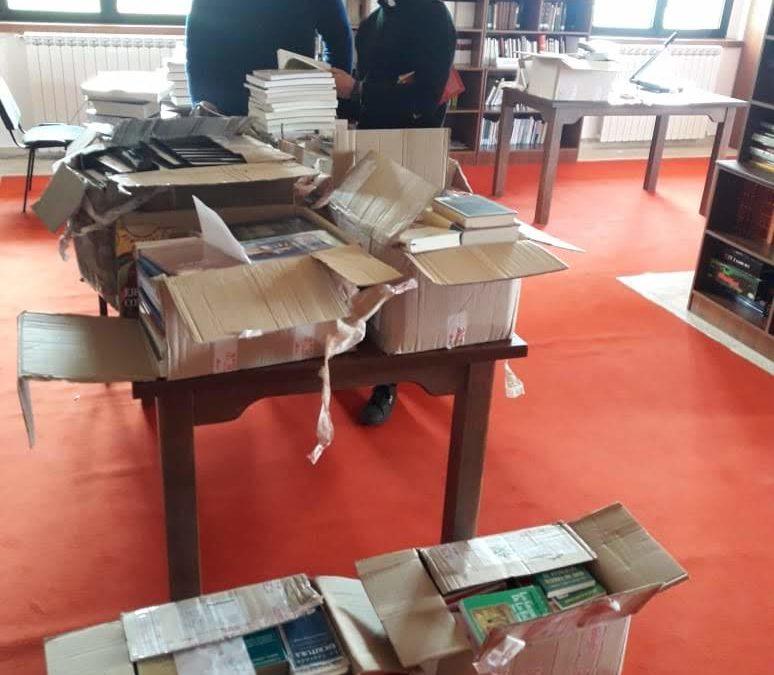 Entrega de libros en Albania